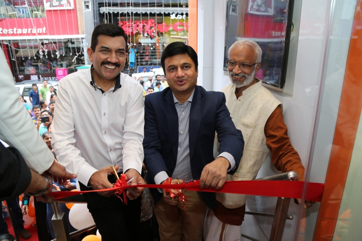 Chef Sanjeev kapoor and Ravi Saxena MD Wonderchef innagurate the Wonderchef store at commercail street Bengaluru