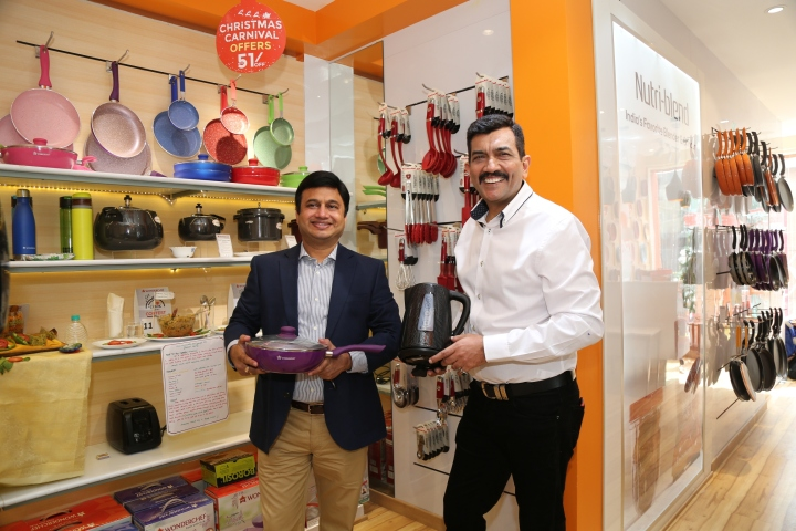 Ravi Saxena MD Womderchef and Chef Sanjeev Kapoor displays the product at commercail street store 1